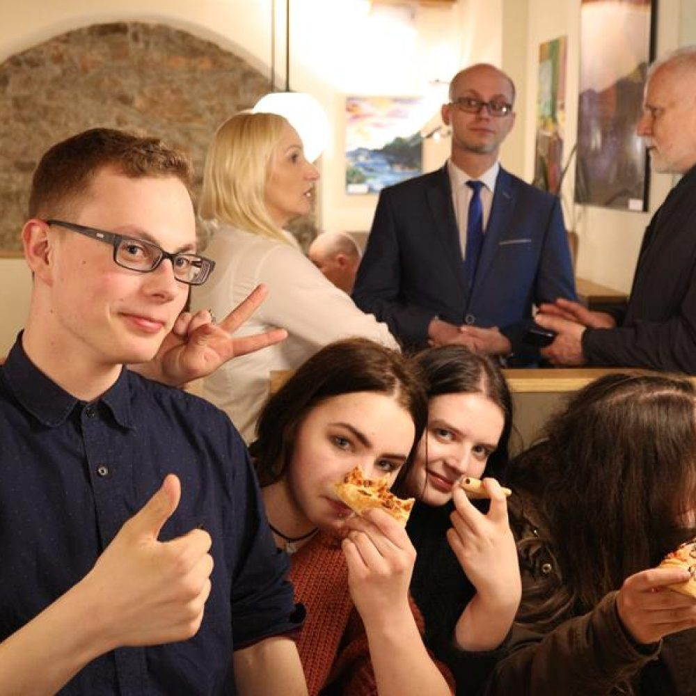 Wystawa Liceum Plastycznego w Pizza Hut